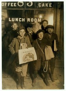 433px-February_23rd_1908_Boys_Selling_Newspapers_on_Brooklyn_Bridge