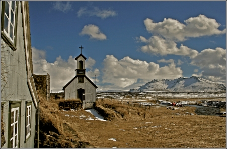 Old_house_and_church_at_Keldur_Iceland